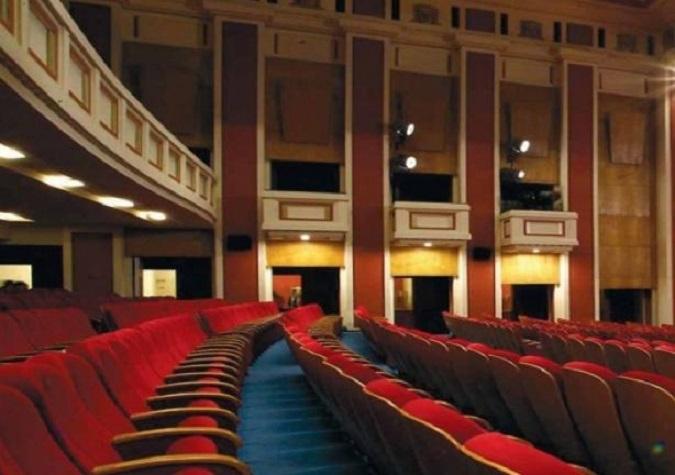 Билет срещу целувка в столичен театър