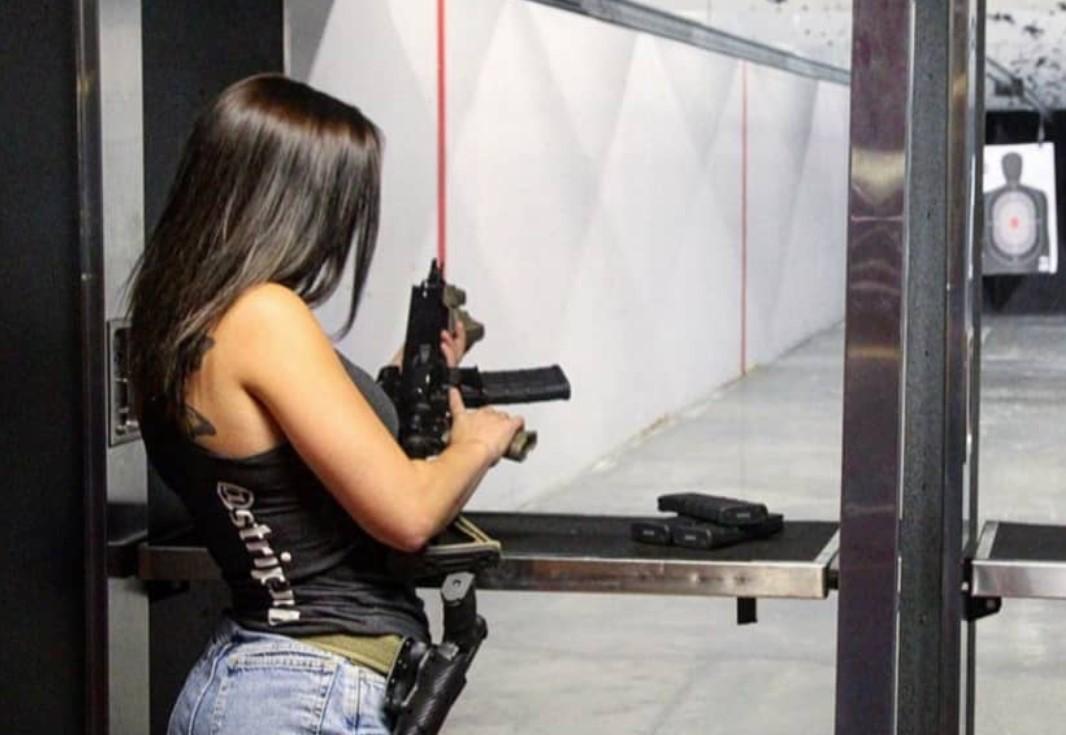 СНИМКИ: Яки мацки държат оръжия! Окей сме да ни застрелят, брато