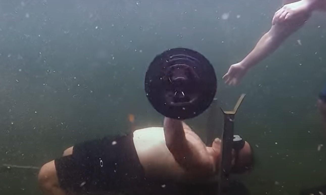 ВИДЕО: Световен рекорд! Най-много повторения на лежанката под вода