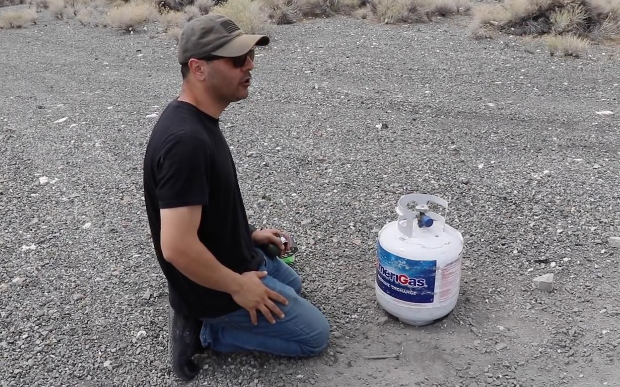 Кретен върза граната за бутилка пропан (ВИДЕО)