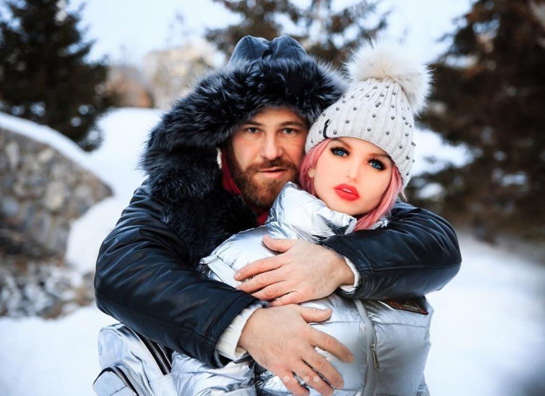 Бодибилдър отложи сватба със секс кукла заради пандемията