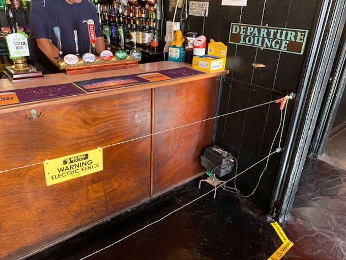 Електрическа ограда в бар гарантира спазването на дистанция