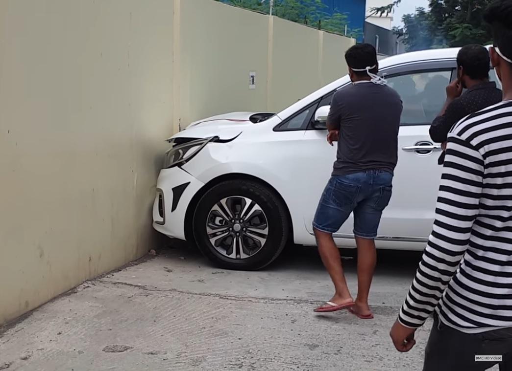 Купувач блъсна чисто нова кола на излизане от магазина (ВИДЕО)
