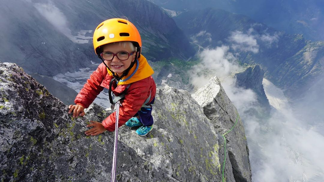 Eкстремно семейство качи 3-годишния си син на връх, където други са умирали