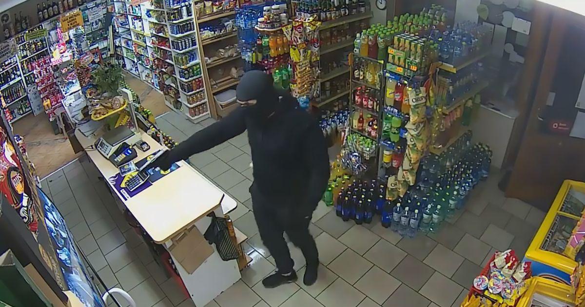 Мъж опита обир с пистолет, продавачката го подбра с мопа (ВИДЕО)