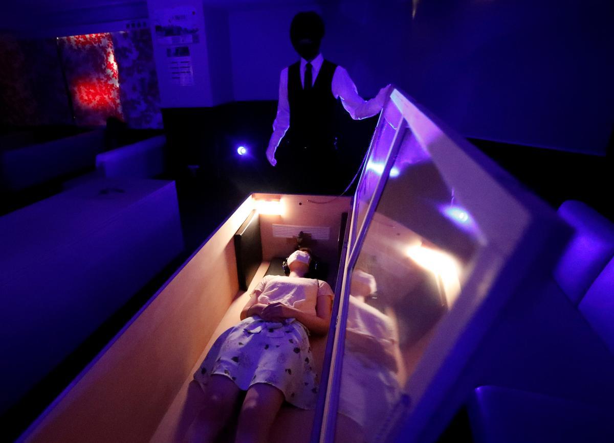 Хора се освобождават от стреса от пандемията, като лежат в ковчези