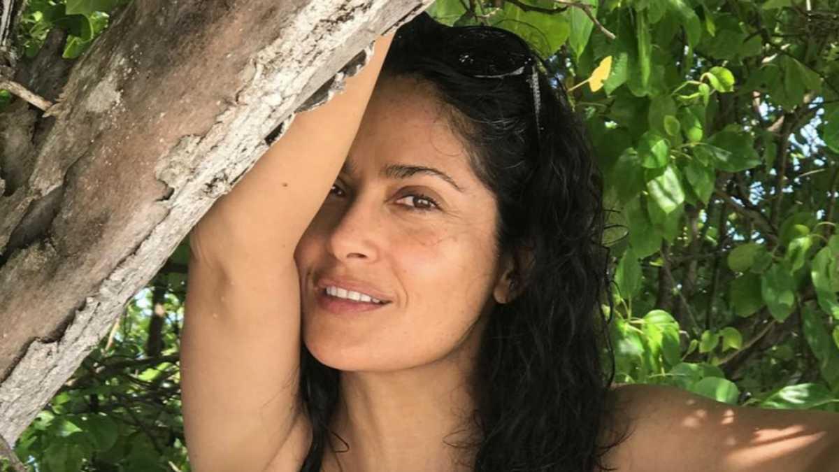 СНИМКА: Салма Хайек по бански доказва, че не остарява и на 54 г.