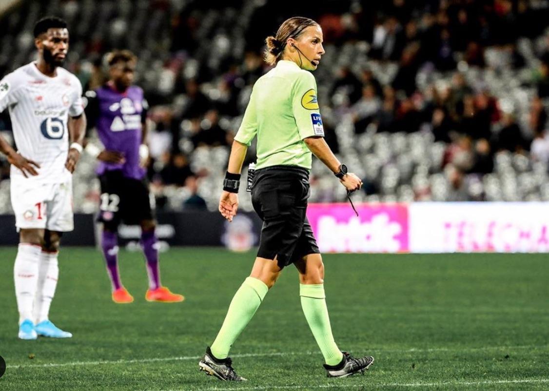 Стефани е първата жена, която ще свири в Лига Европа