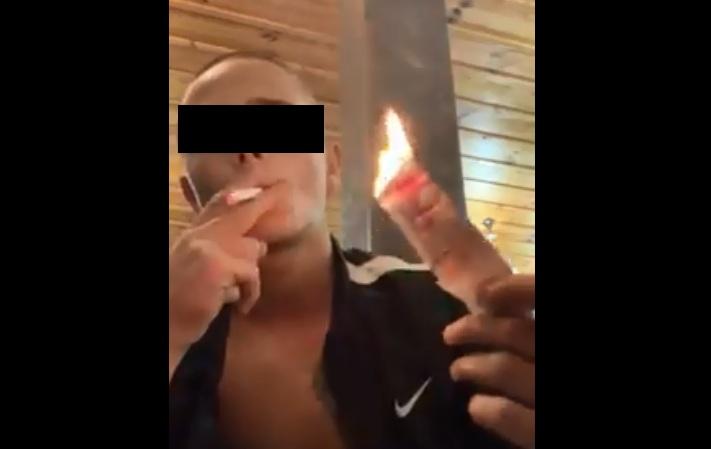 ВИДЕО: Играч! Малък гангстер пуши цигара и пали 5 лева