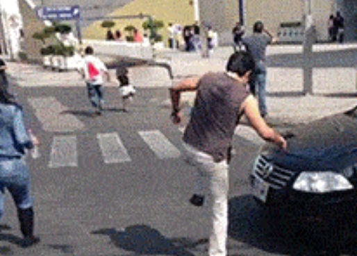 ГИФЧЕ: Гаден номер на пешеходец! Такъв бихме слезнали да го ошамарим