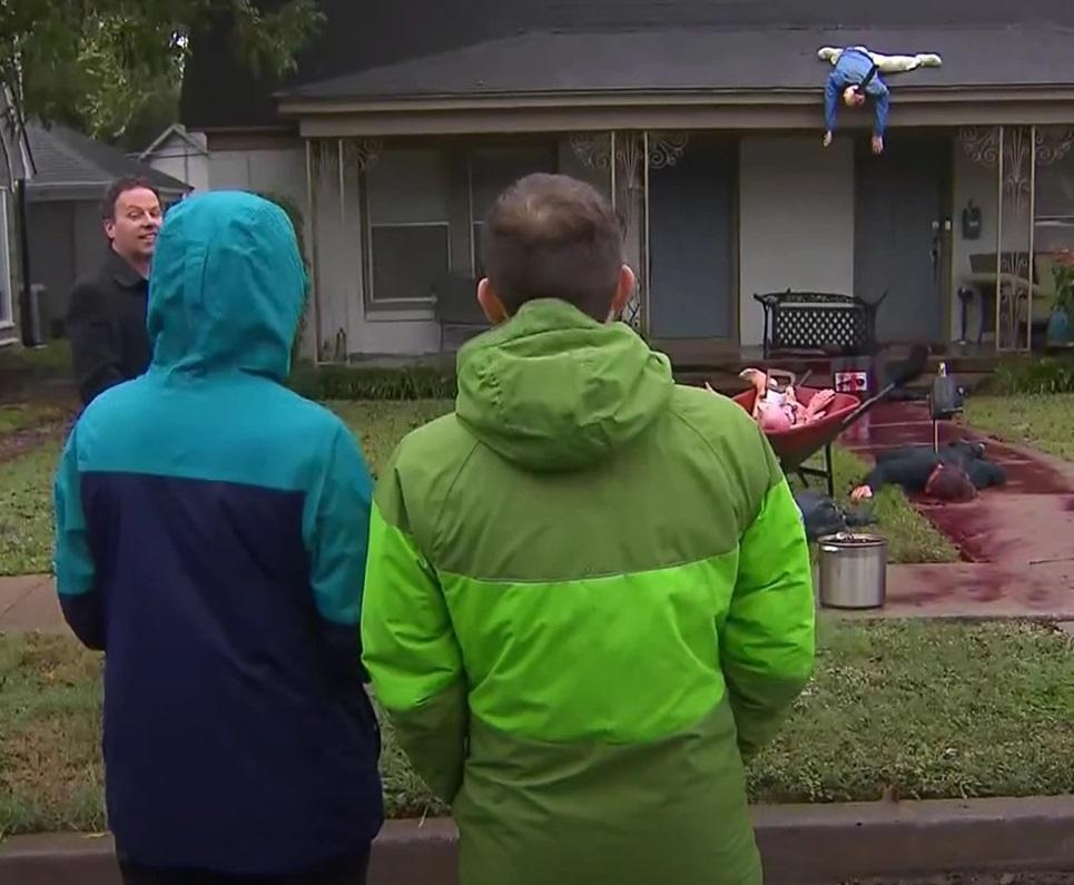 Американец прекали с украсата за Хелоуин и полицията го провери няколко пъти