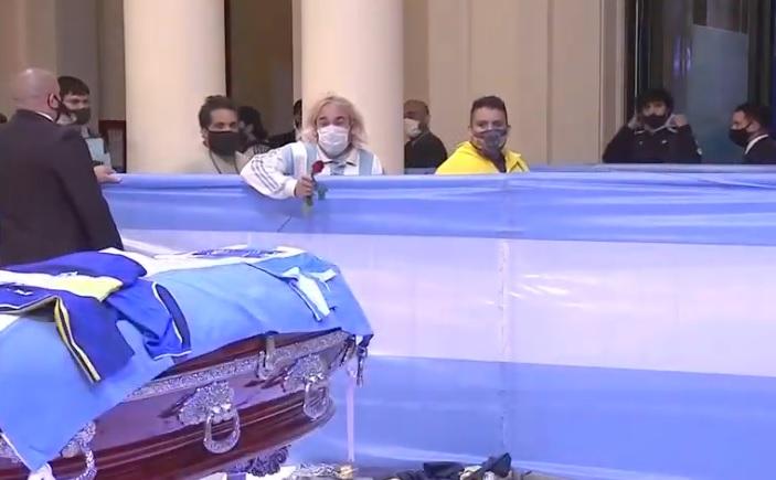 Уволниха погребални работници, направили си селфи с Марадона