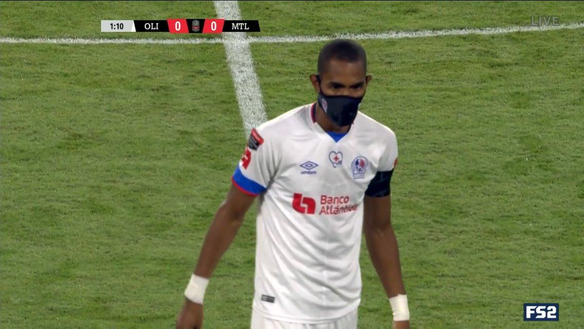 Eдинственият футболист, който играе с маска срещу COVID