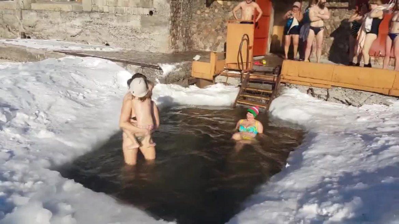 Детска градина калява децата с леден душ на открито