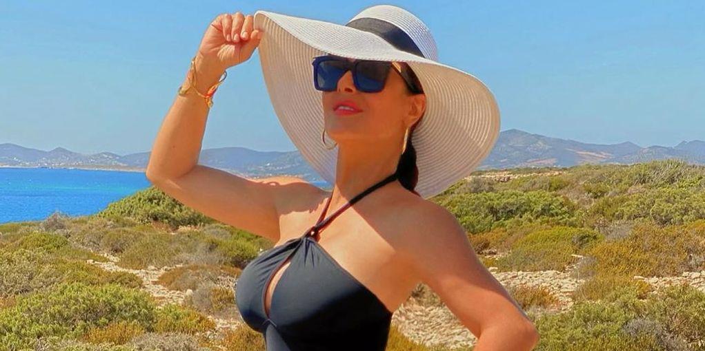 Салма Хайек преби със снимка по бански