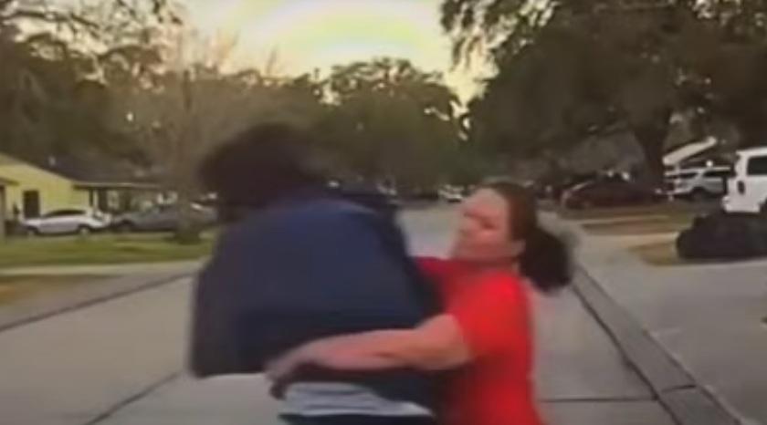 ВИДЕО: Бясна майка тръшва на земята мъж, надничал в спалнята на дъщеря й