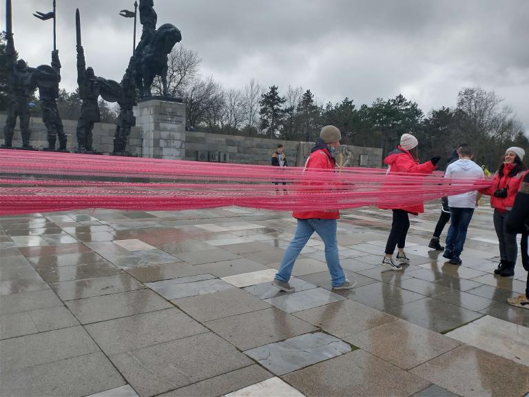 Световен рекорд! 43-километрова мартеница закичиха на паметника на хан Аспарух в Добрич
