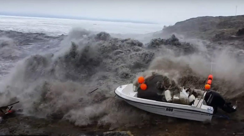 ВИДЕО: Когато удари цунамито, спираш да снимаш и почваш да бягаш