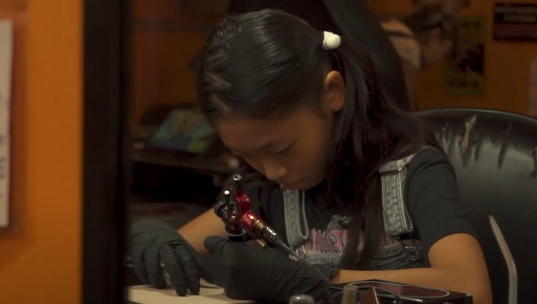 ВИДЕО: Ще се довериш ли на 13-годишна да те татуира?