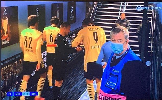 Съдия си взе автограф от Халанд след мач в Шампионската лига