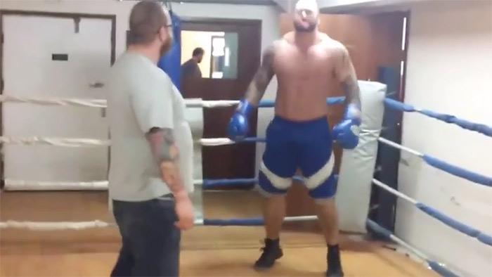 ВИДЕО: Най-силният мъж на света се бие като… Ти ни кажи като какво!