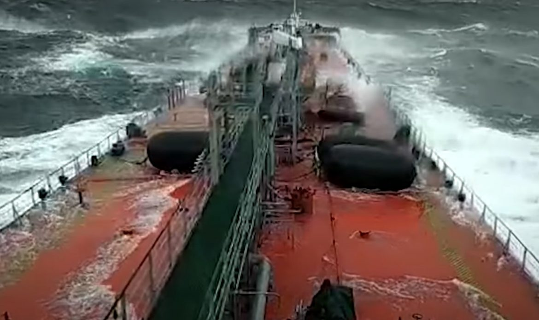 ВИДЕО: Зверска вълна разрушава танкер насред открито море